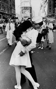 VJ Day in New York. The Kiss photo byAlfred Eisenstaedt.